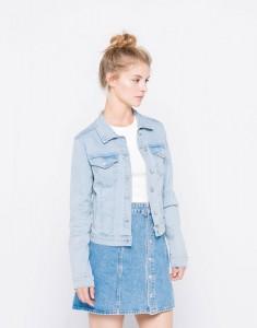 Une veste en jean claire pour un look de mariée sport