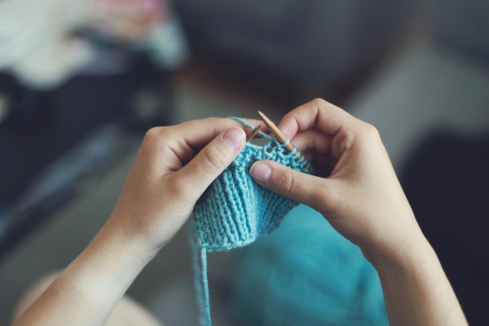 Atelier tricot comme activité pour un enterrement de vie de jeune fille