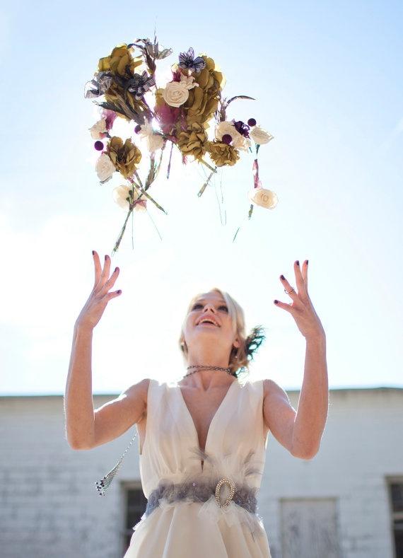 Lancer de plusieurs mini bouquets de mariée - Photographe : French Knot Studios