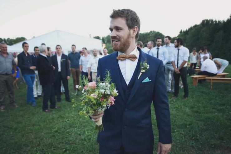 Le marié lance le bouquet aux célibataires - Photographe : Hlo Photography