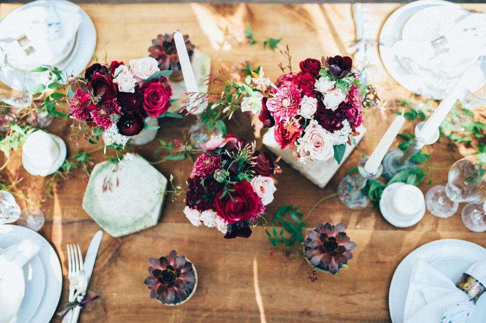 Des idées pour un mariage pourpre par Fleurs de Fée - Photographe : The Quirky