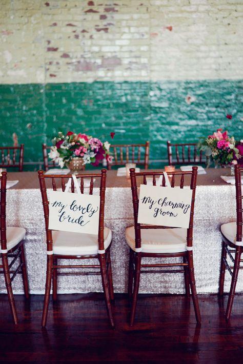 Chaises des mariés avec de jolis messages