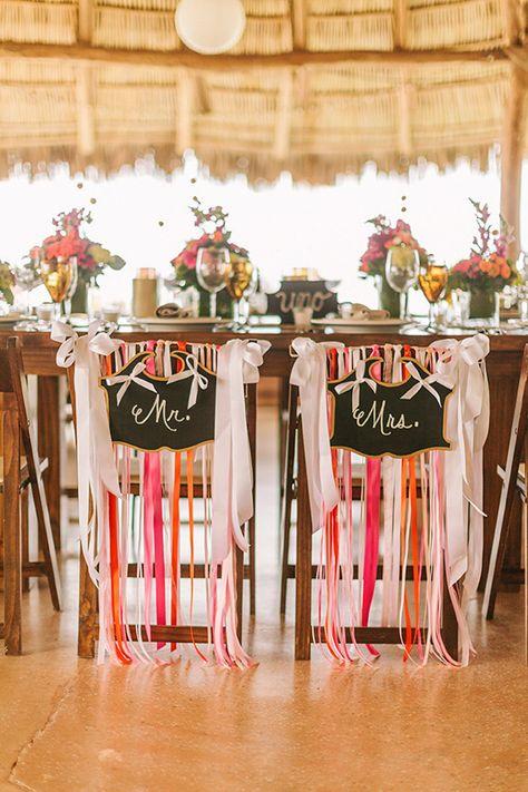 Rubans et panneaux pour ces chaises des mariés