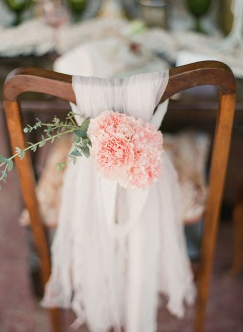 Des chaises de mariés en rose poudré