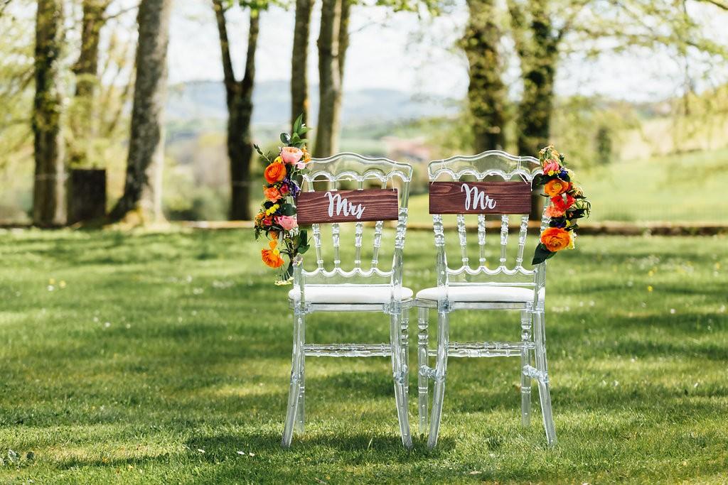 Panneaux et chaises des mariés fleuries - Photographe : Stéphanie Lapierre
