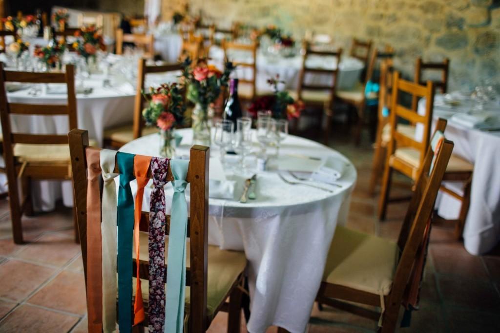 Chaises des mariés décorées avec des rubans - Photographe : Alison Bounce