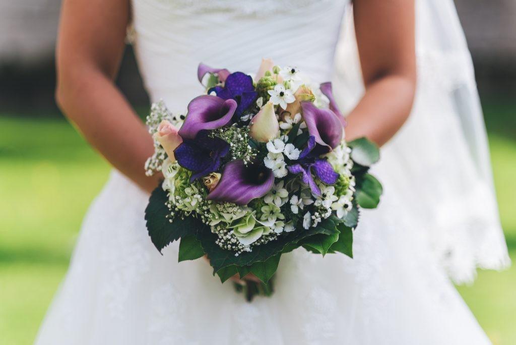 bouquet-mariee-violet-julien-miscischia-photographe-mariage-annecy