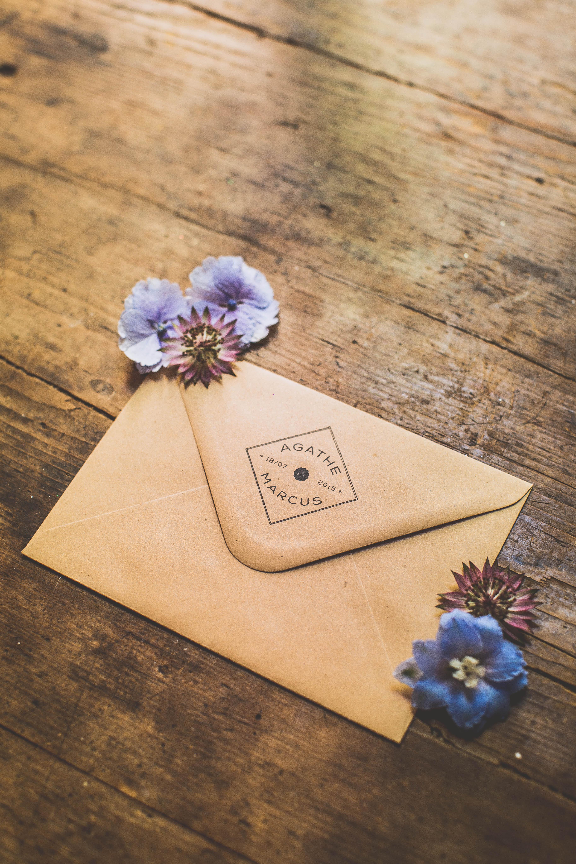 Enveloppe avec tampon personnalisé pour les mariés - Création Les P'tits Papiers - Photographe : La Paire de Cerises