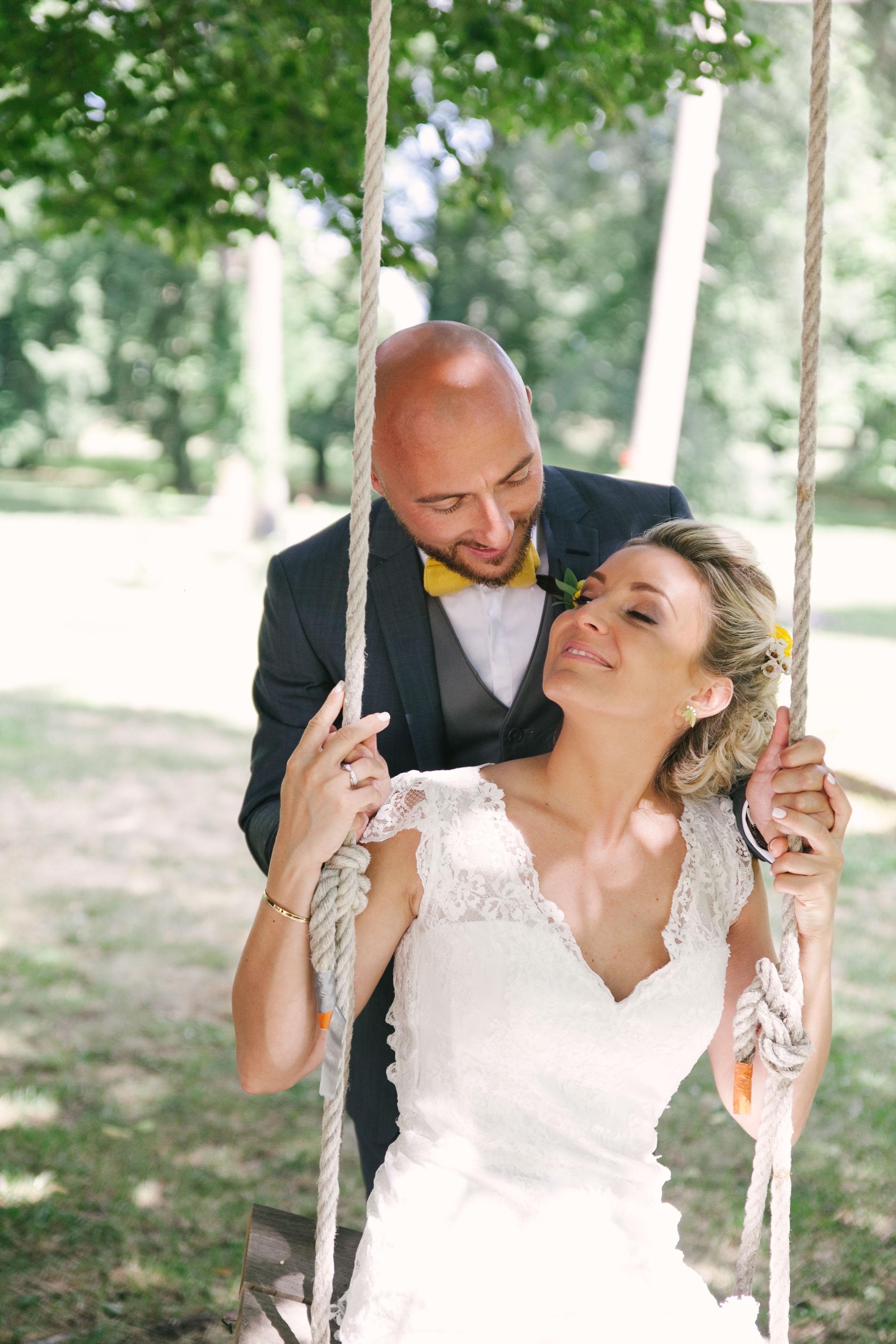 Photo de couple de mariés d'un mariage jaune et fleuri - Photographe de mariage : Eilean et Jules