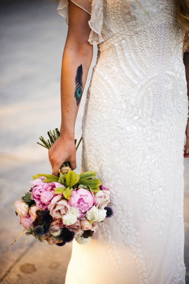 Bouquet de mariée moderne dans les tons rose - Photographe : He Capture