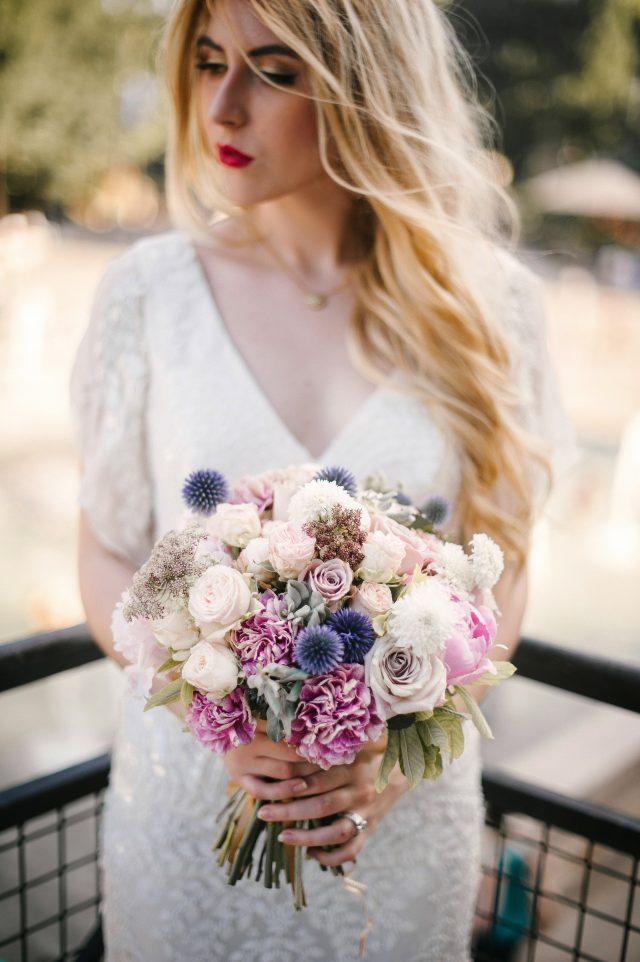 Bouquet de mariée moderne en rose et bleu - Photographe : He Capture