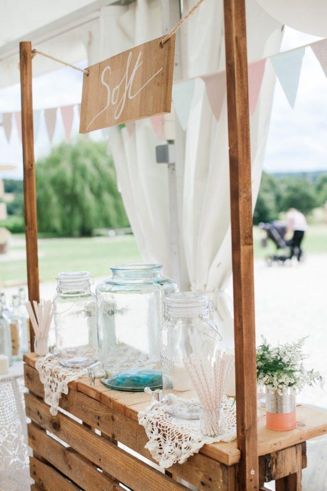 Bar à soft à partir de palettes recyclées pour ce mariage champêtre - Photographe : Ksenia Vysotskaya