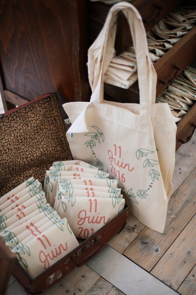Des tote bag aux couleurs corail et menthe pour les invités - Photographe : Ksenia Vysotskaya