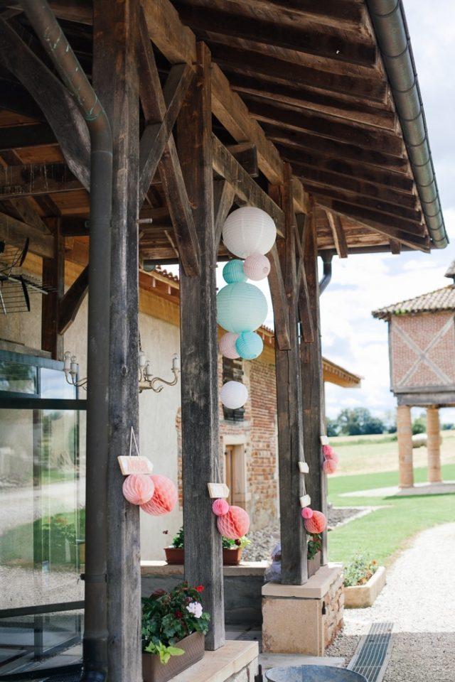 La décoration extérieure de la réception d'un mariage fun et champêtre - Photographe : Ksenia Vysotskaya