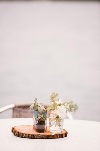Un centre de table de la décoration d'un mariage orange et blanc au bord du lac d'Annecy - Photographe : Thibault Copleux