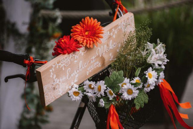 Panneau d'accueil à la réception d'un mariage orange et blanc au bord du lac d'Annecy - Photographe : Thibault Copleux