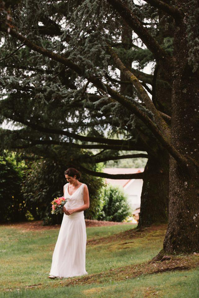 Mariée et son bouquet dans les tons orange - Photographe : Thibault Copleux