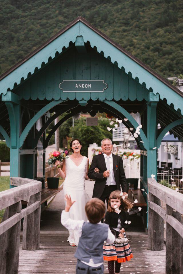 La mariée en route pour la cérémonie laïque sur un bateau sur le lac d'Annecy - Photographe : Thibault Copleux