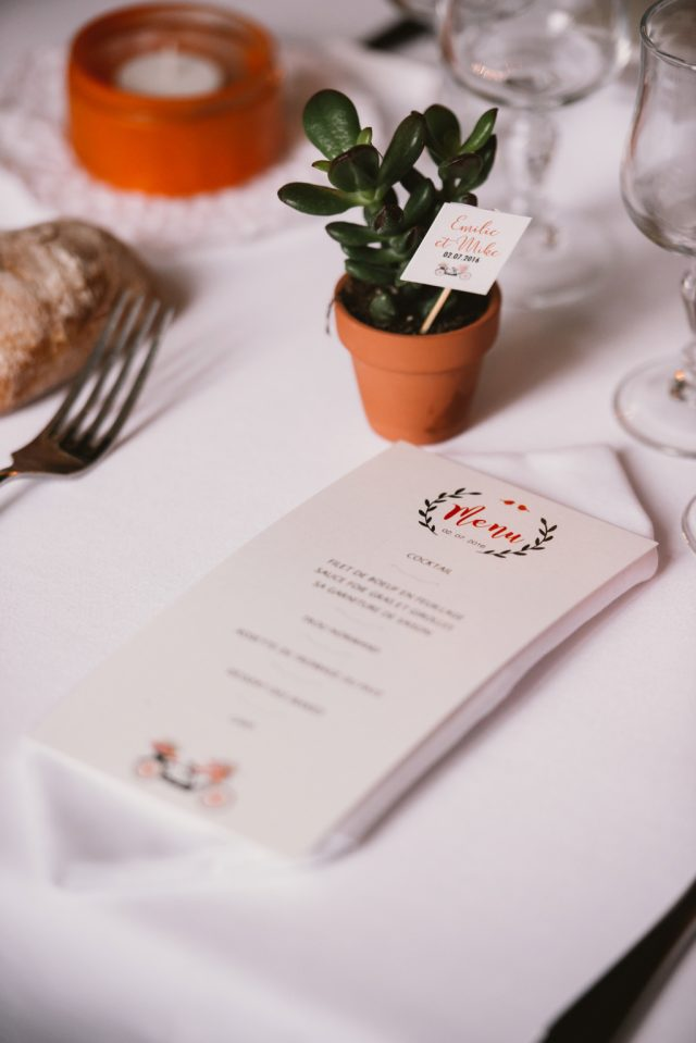 La papeterie de table d'un mariage orange et blanc au bord du lac d'Annecy - Photographe : Thibault Copleux