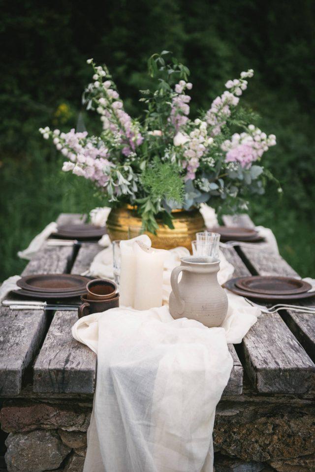 Fleurs et décoration de table d'un mariage organique dans l'Ain - Photographe : Zéphyr et Luna