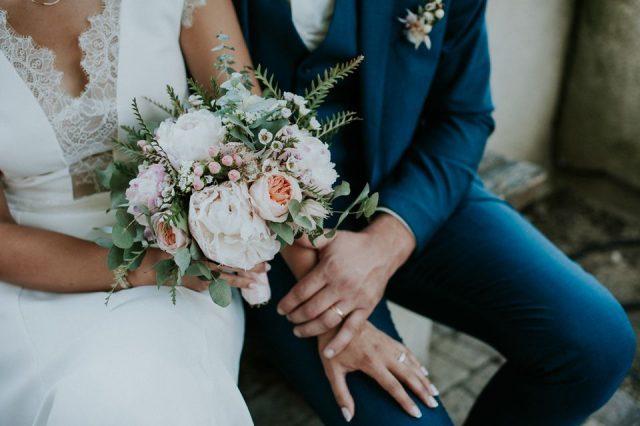 Couple de mariés et bouquet de fleurs à Valsoyo - Photographe : Madame A Photographie
