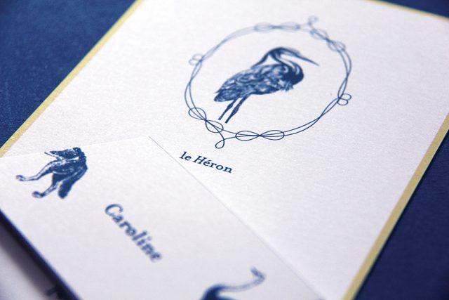 Menu et marque-places d'une papeterie mariage sur le thème des fables - Création sur-mesure Allons-y Alonso