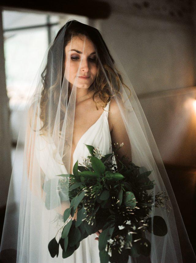 Mariée et bouquet de mariée d'un shooting d'inspiration végétal - Photographe : Madame A Photographie