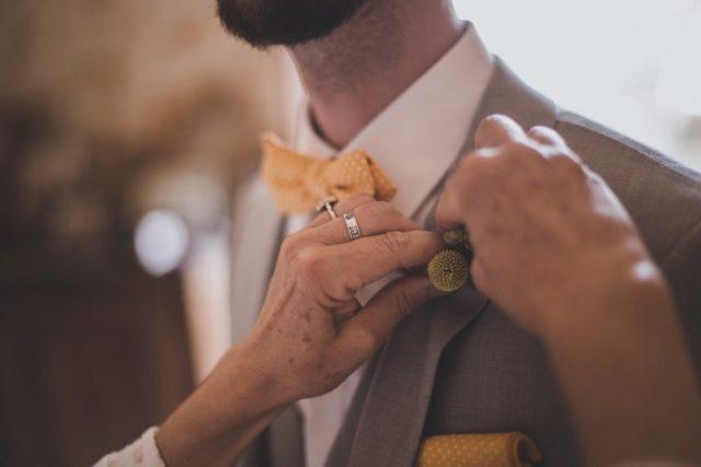 Détail de la tenue du marié - Mariage champêtre en vert et jaune - Photographe : Adriana Salazar