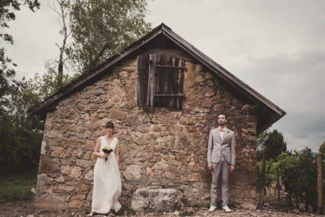 Photo de mariés en extérieur devant une maison en pierres - Photographe : Adriana Salazar