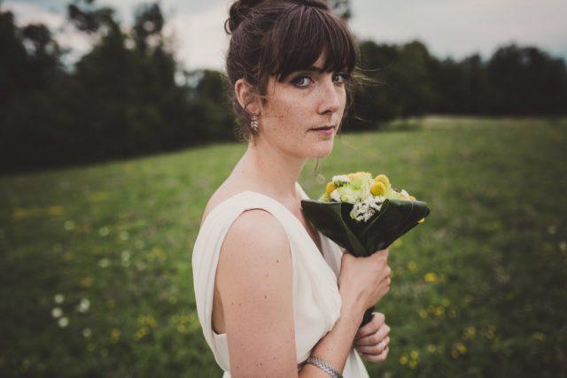La mariée et son bouquet champêtre en jaune et vert - Photographe : Adriana Salazar