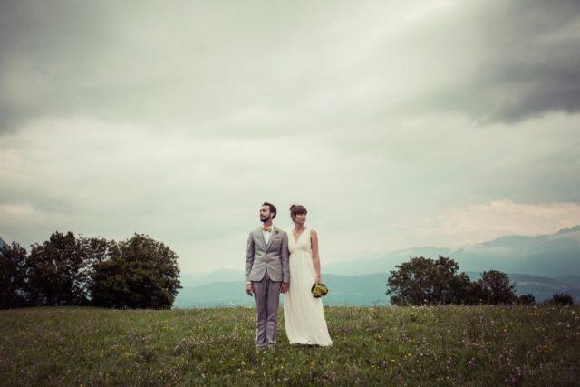 Photo de mariés au milieu des champs pour un souvenir champêtre - Photographe : Adriana Salazar