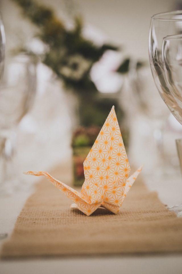 Origami jaune pour une décoration de table simple et délicate - Photographe : Adriana Salazar