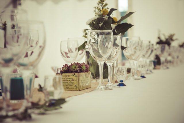 Décoration de table à la fois champêtre et vintage - Photographe : Adriana Salazar