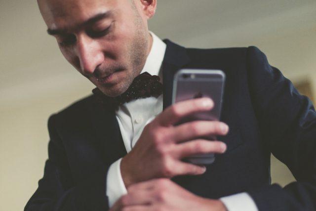Le marié termine de se préparer - Photographe : Adriana Salazar