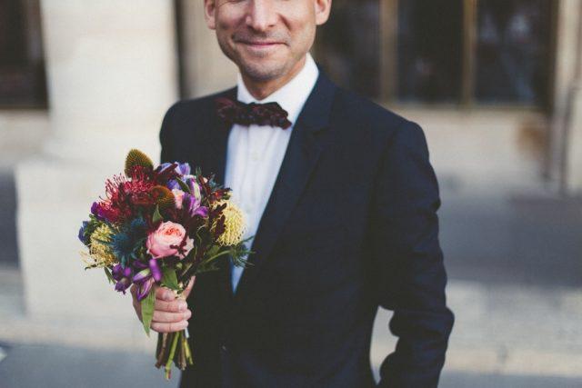 Le marié et le bouquet de la mariée - Photographe : Adriana Salazar