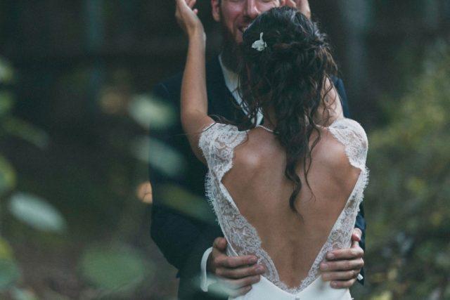 Moment de complicité entre les mariés - Mariage à Autrans à la Grange aux Fées - Photographe : Adriana Salazar