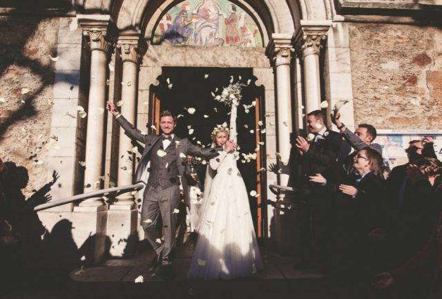 Mariés à la sortie de l'église - Mariage d'hiver en Rhône-Alpes - Photographe : Adriana Salazar