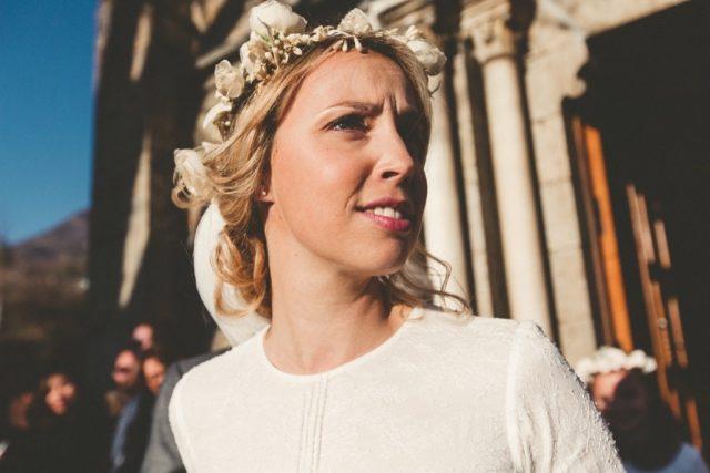 Mariée d'hiver à la sortie de l'église - Photographe : Adriana Salazar