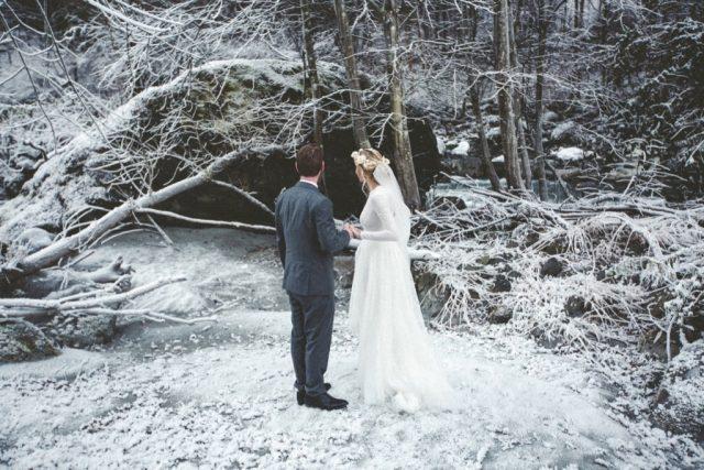 Séance photo de couple dans la neige à l'Alpes d'Huez - Photographe : Adriana Salazar