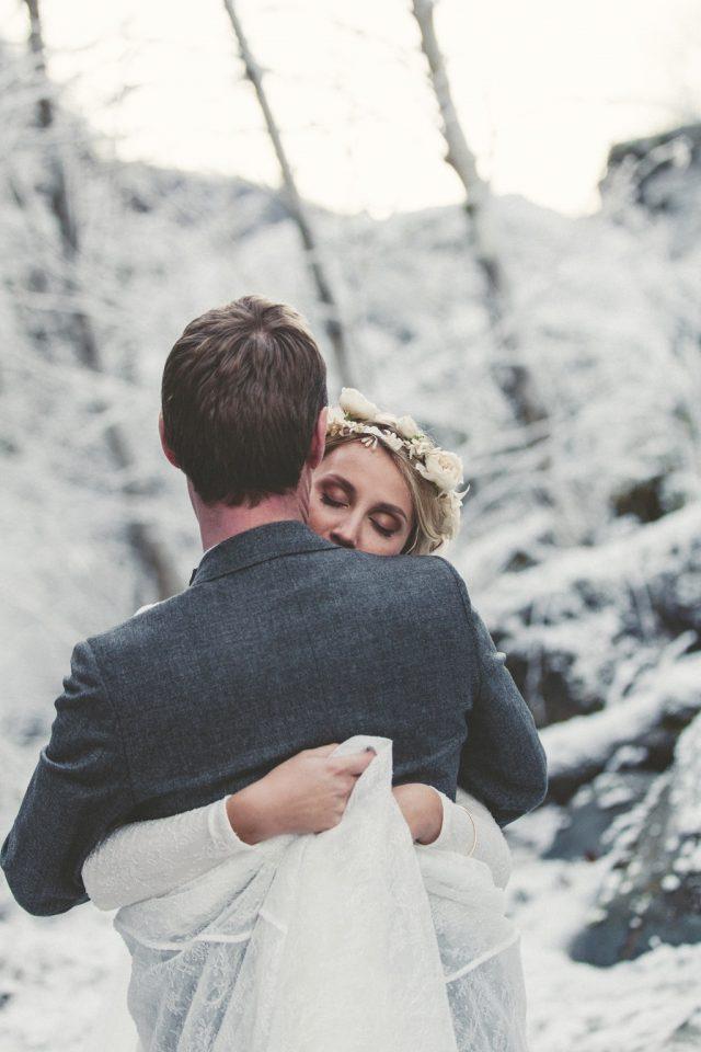 Séance photo de couple dans la neige pour ce mariage d'hiver - Photographe : Adriana Salazar