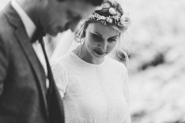 Joli souvenir en noir et blanc de ces jeunes mariés - Mariage d'hiver à l'Alpes d'Huez - Photographe : Adriana Salazar