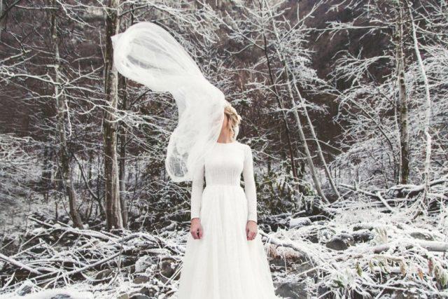 Photo d'une mariée d'hiver et de son voile - Photographe : Adriana Salazar