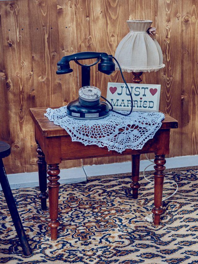 Table de chevet et téléphone vintage pour la décoration de votre mariage - By Velvet Rendez-Vous