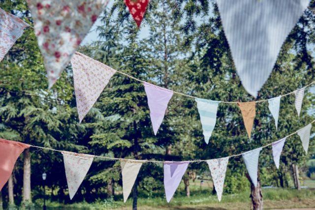Fanions pour une décoration de mariage guinguette - By Velvet Rendez-Vous