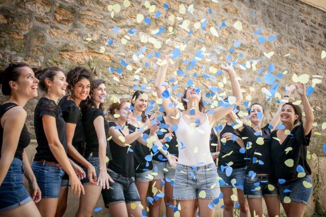 Photo de groupe de copines EVJF avec des confetti - Photographe : Eilean et Jules
