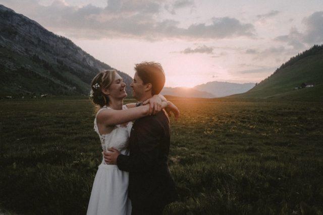 Photo de couple au coucher du soleil au Col des Aravis - Photographe de mariage : Gérald Mattel