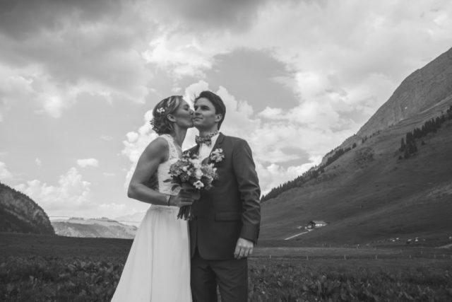 Photo de couple en noir et blanc au Col des Aravis - Photographe de mariage : Gérald Mattel