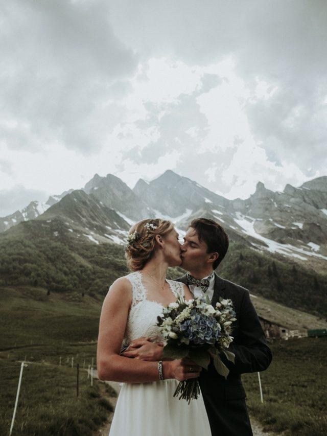 Photo de couple devant la montagne au Col des Aravis - Photographe de mariage : Gérald Mattel