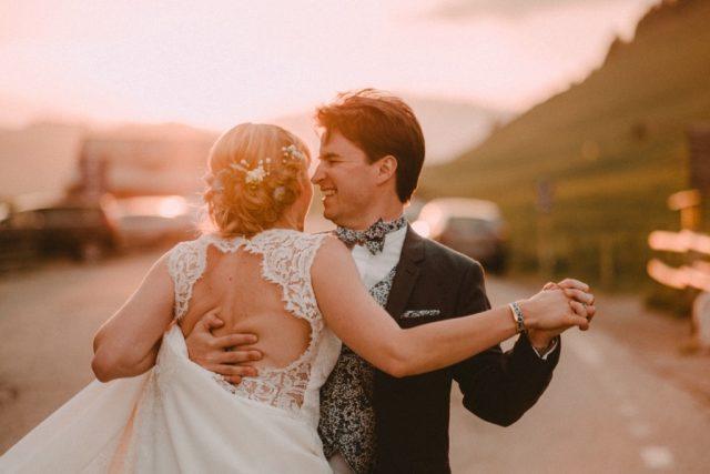 Photo de couple au coucher du soleil à la Clusaz - Photographe de mariage : Gérald Mattel