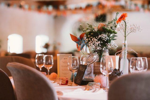 Décoration table mariage orange Ferme de Gy - Photographe : Thibault Copleux